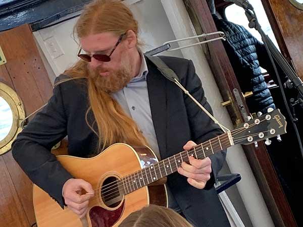 Andres Wiik Saxegaard sørger for god stemning med herlig musikk.