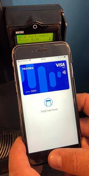 Apple Pay betaling med mobil til NAYAX betalingsterminal. Foto.