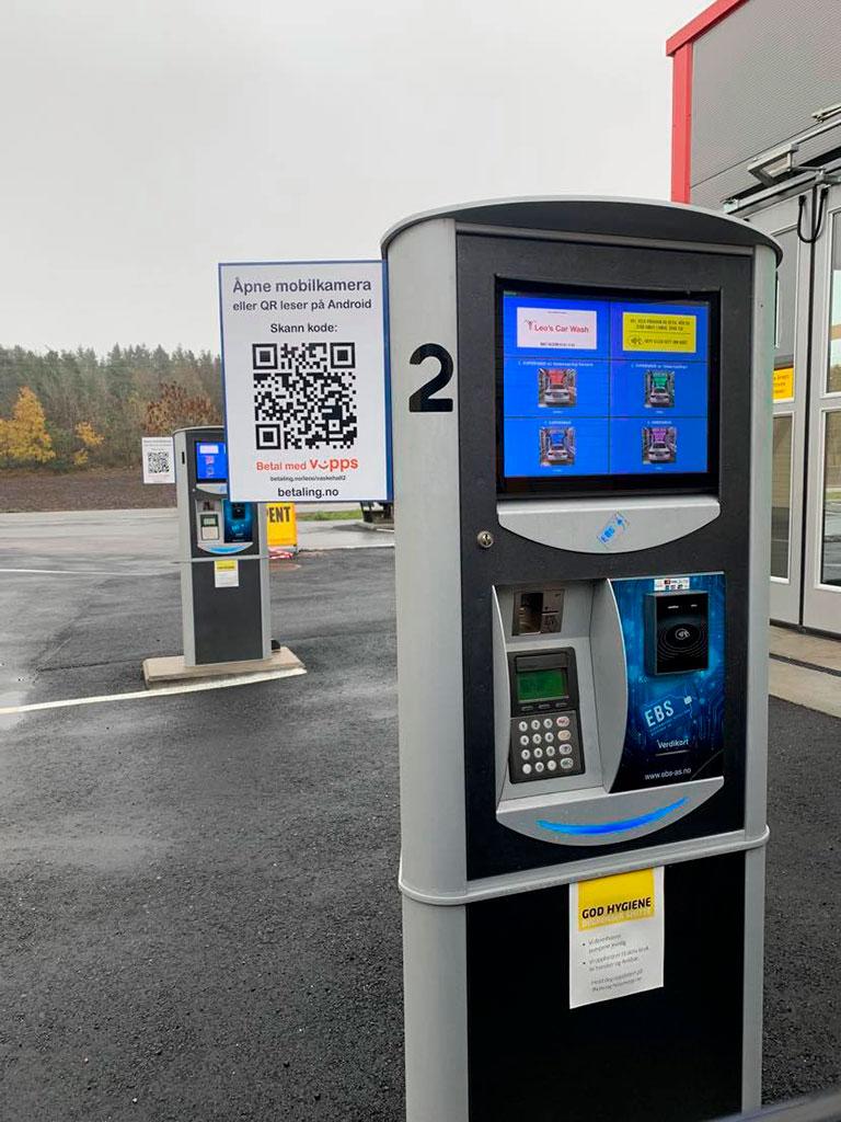 Betalingsløsninger levert av Elektroniske Betalings Systemer AS. Her vises en Ticketmaster med berøringsskjerm, samt mulighet for mobilbetaling ved hjelp av QR kode og Vipps.