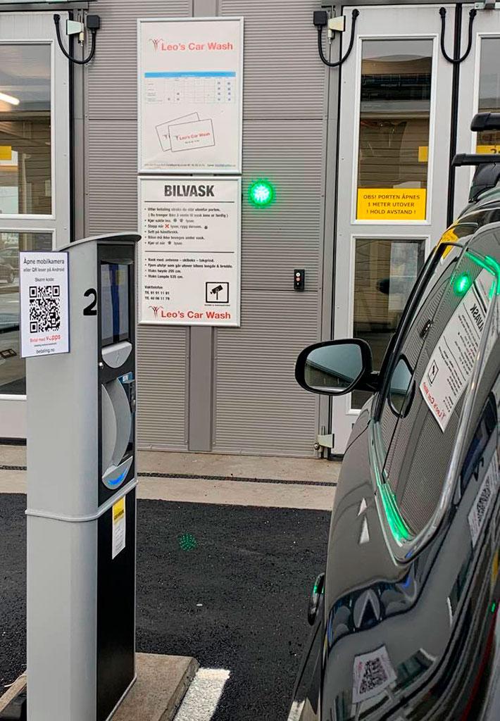 Betal mens du sitter inne i bilen. Dette er mulig ved å skanne QR koden med mobilen.