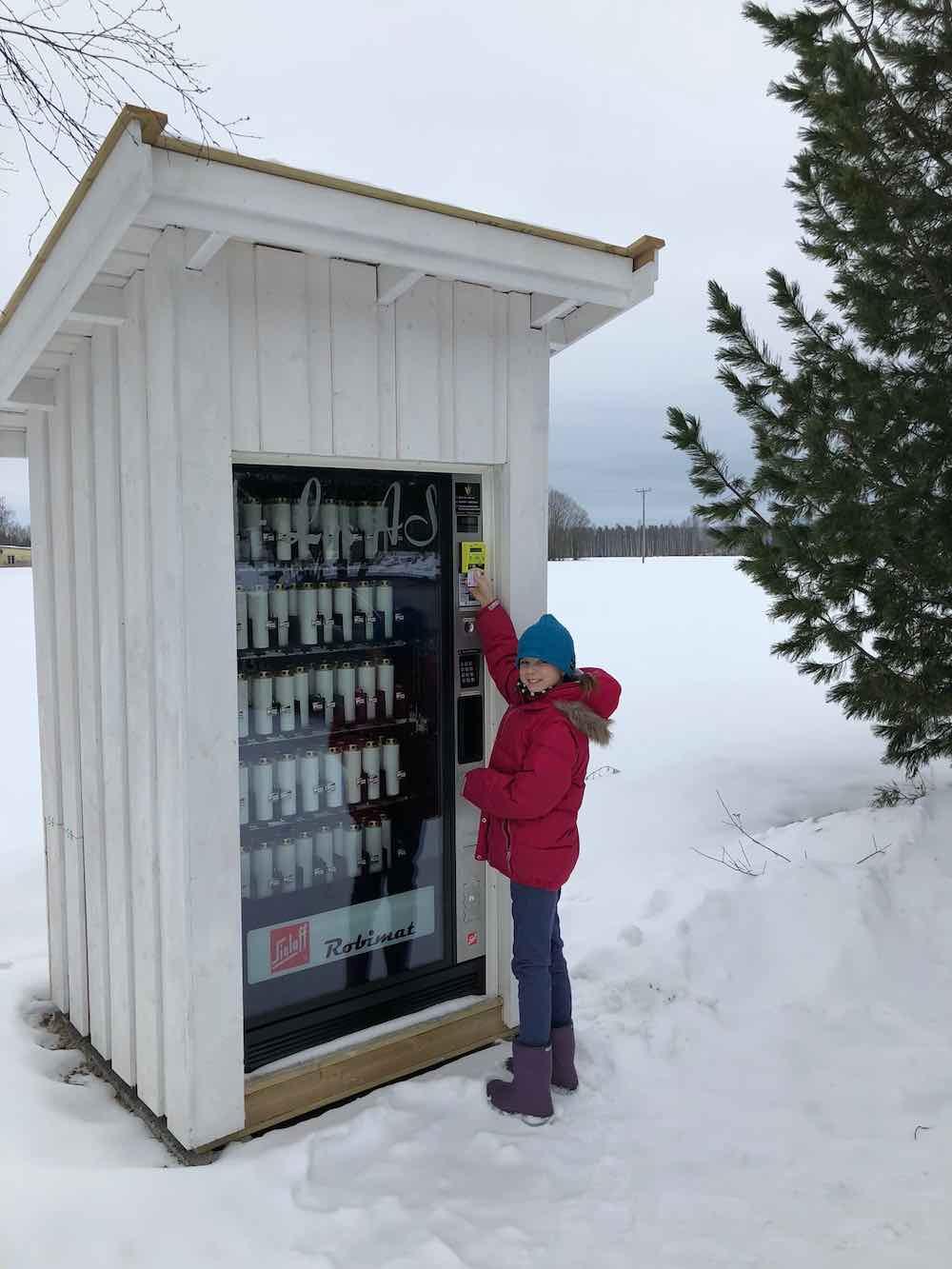 Betalingsterminalen Nayax kan brukes til å selge mange slags varer og tjenester. Her er den påmontert en vareautomat som selger gravlys. Foto.