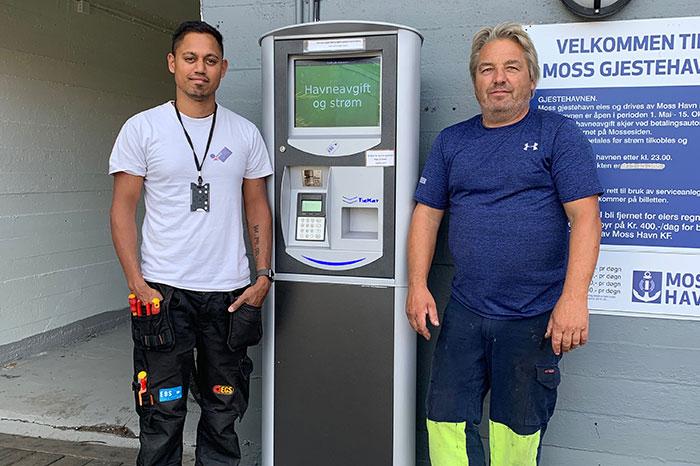 Alexander Eide, EBS, og Freddy Rinden, Moss Havn, ved den nye betalingsautomaten for Moss Gjestehavn